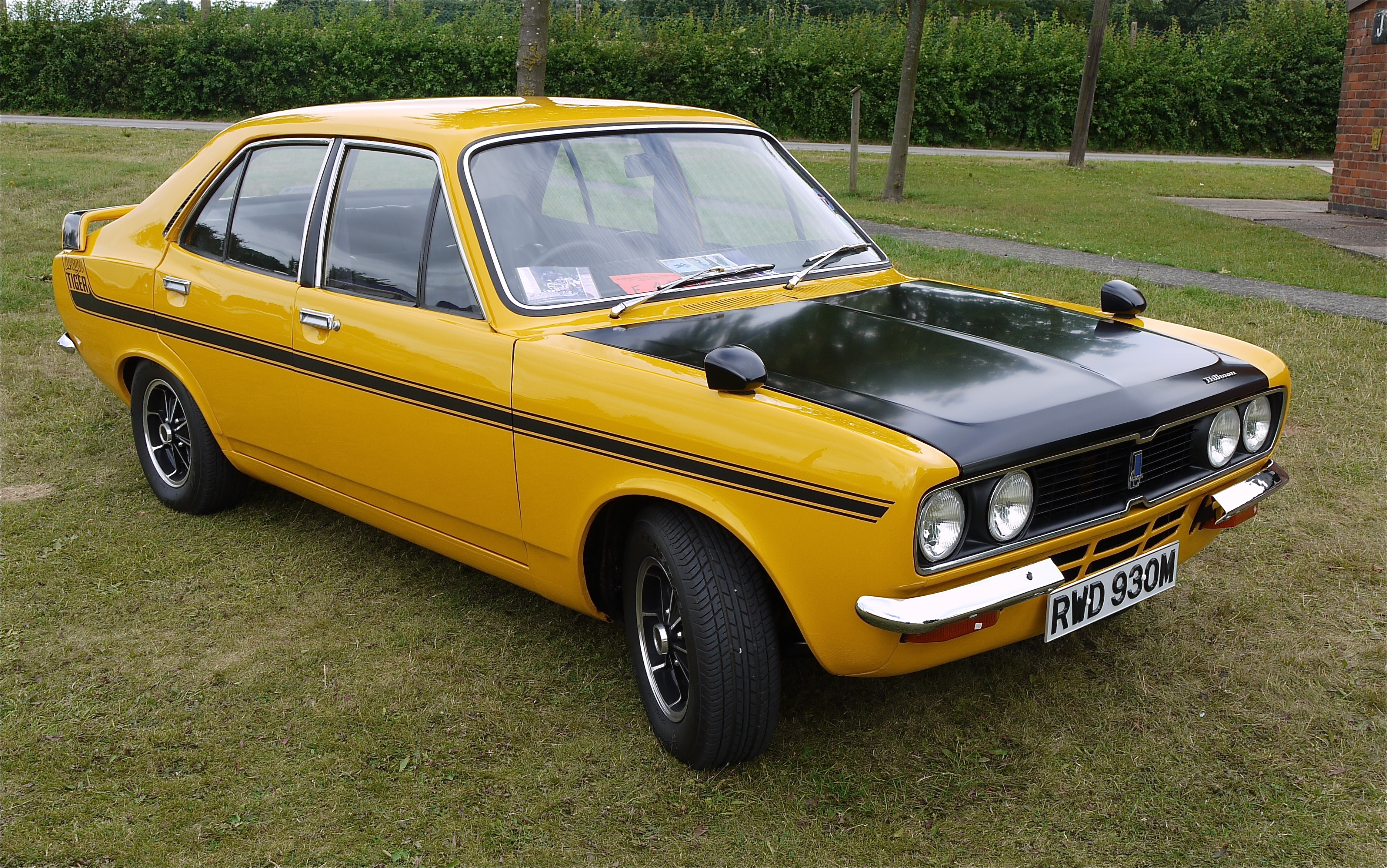 File:Hillman Avenger, 2 tone + go faster stripe, no I don't get it ...