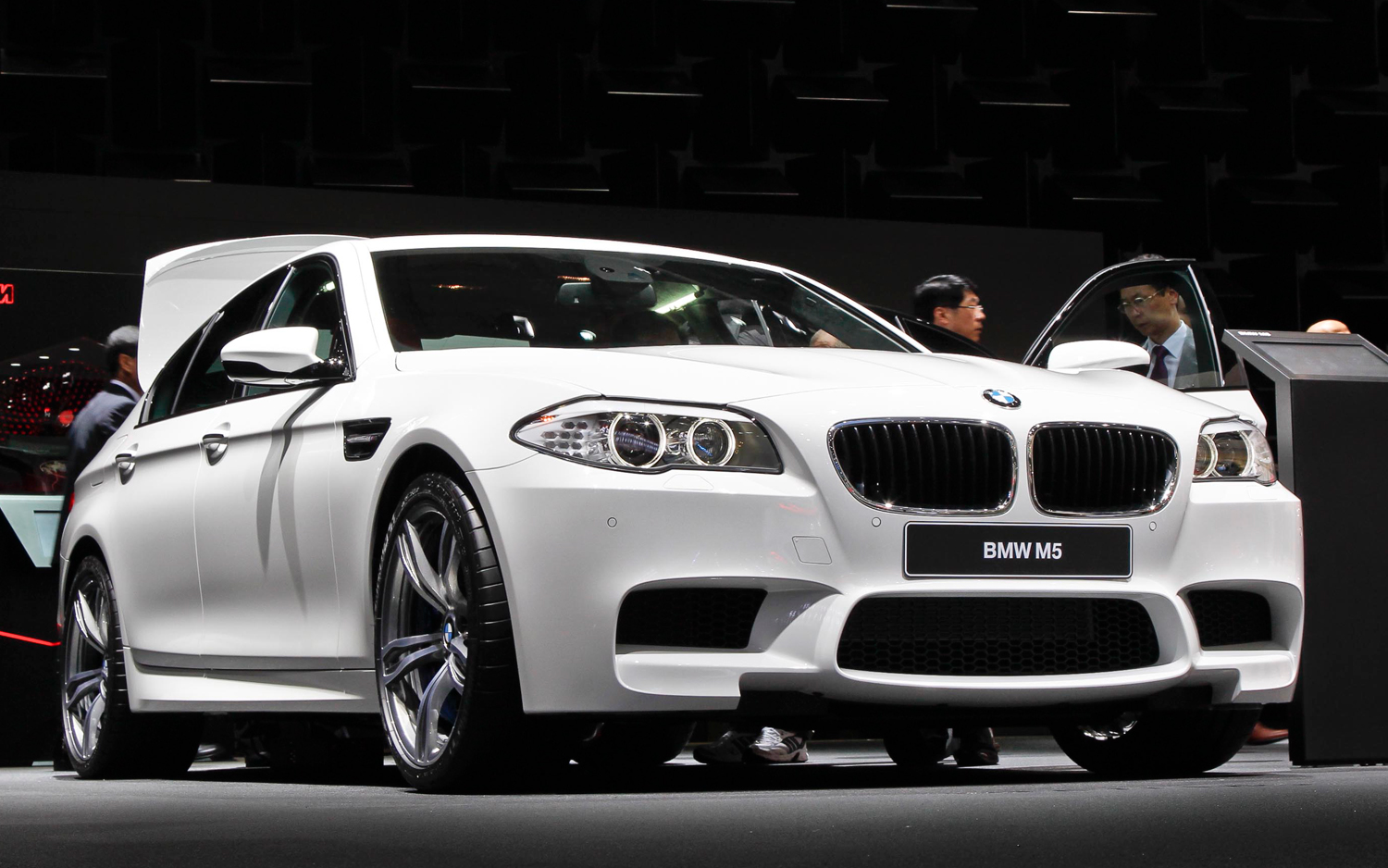 2012 BMW M5 Front Three Quarters