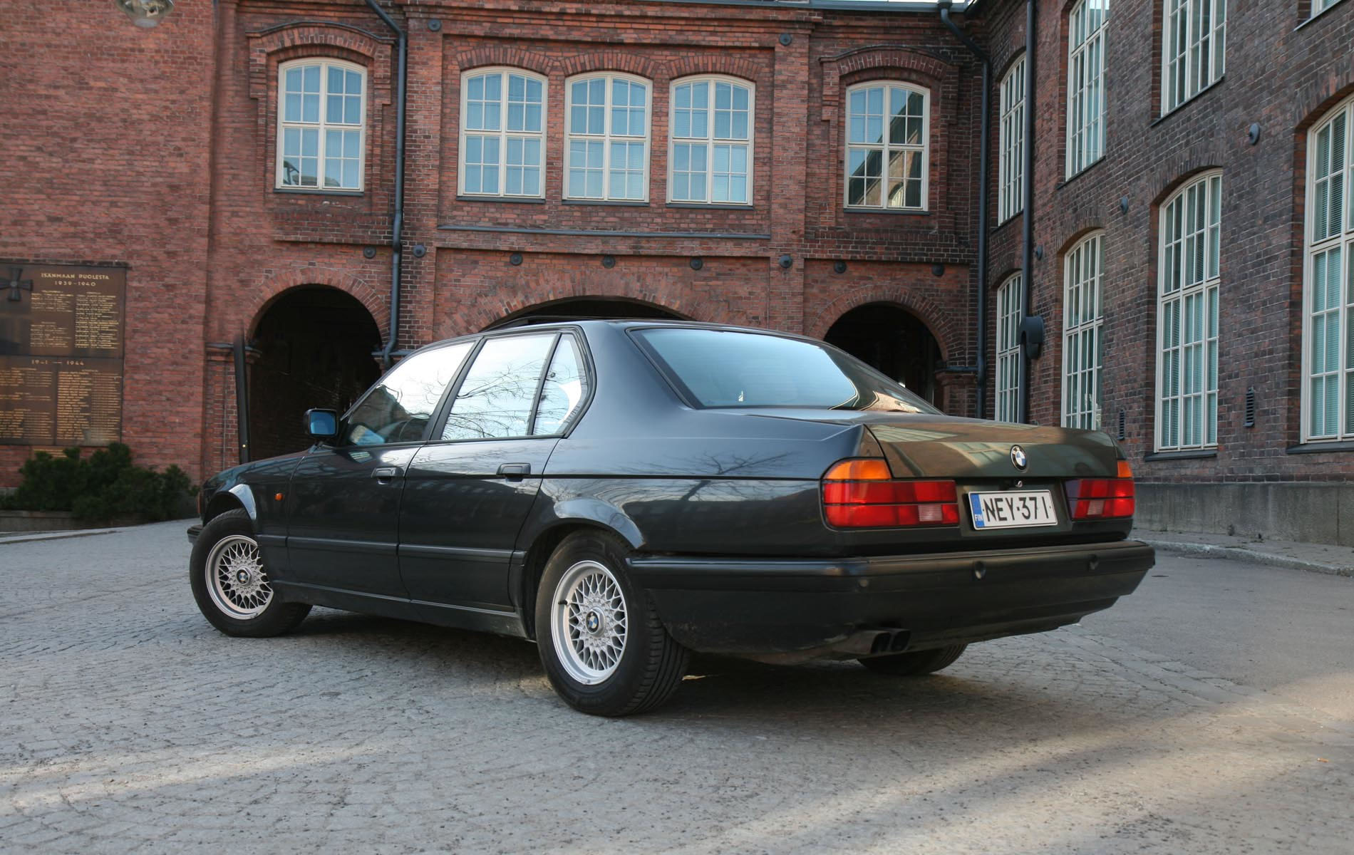 On this page we present you the most successful photo gallery of BMW 750 iAL