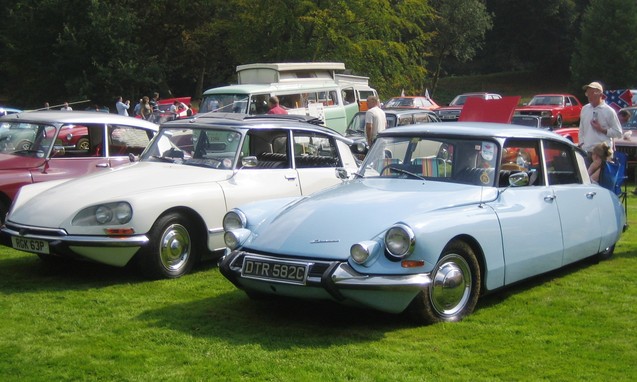 File:Citroen DS 19 ca 1965 gregarious at Castle Hedingham 2008.JPG