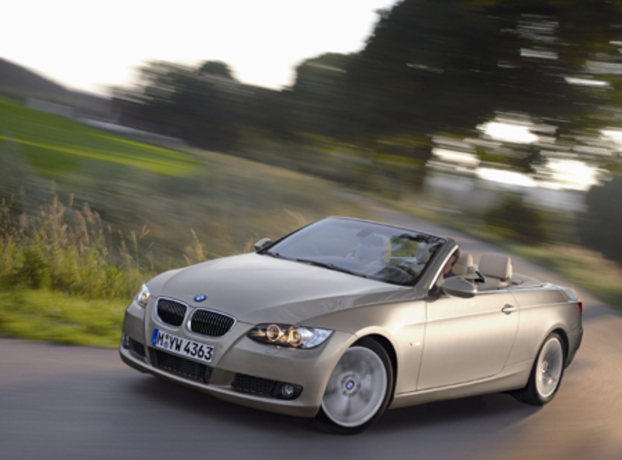 335i_convertiblecorner.jpg Anyway, with the roof in place,