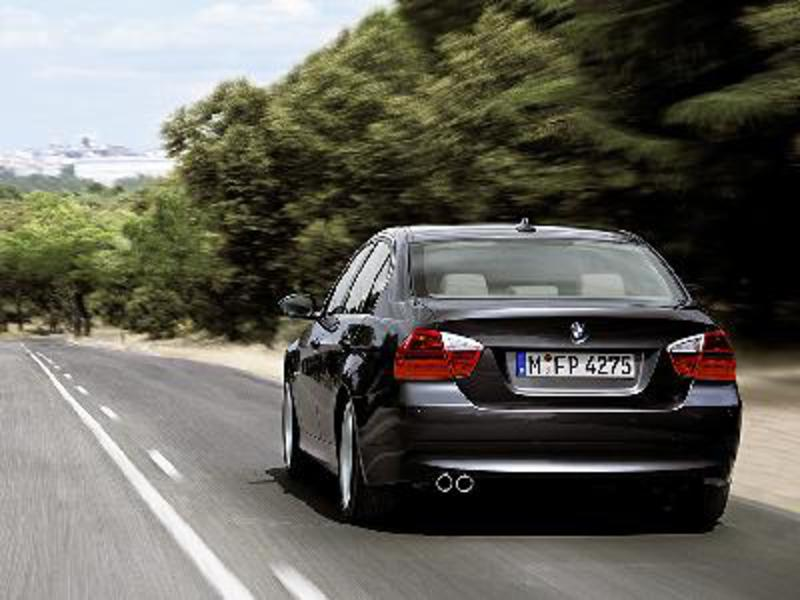 Send us more 2005 BMW 320i pictures.