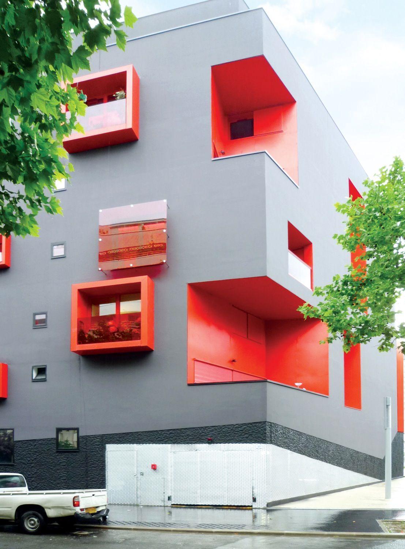 """Многоквартирный дом """"сеген"""" (seguin) с разноцветными балкона."""