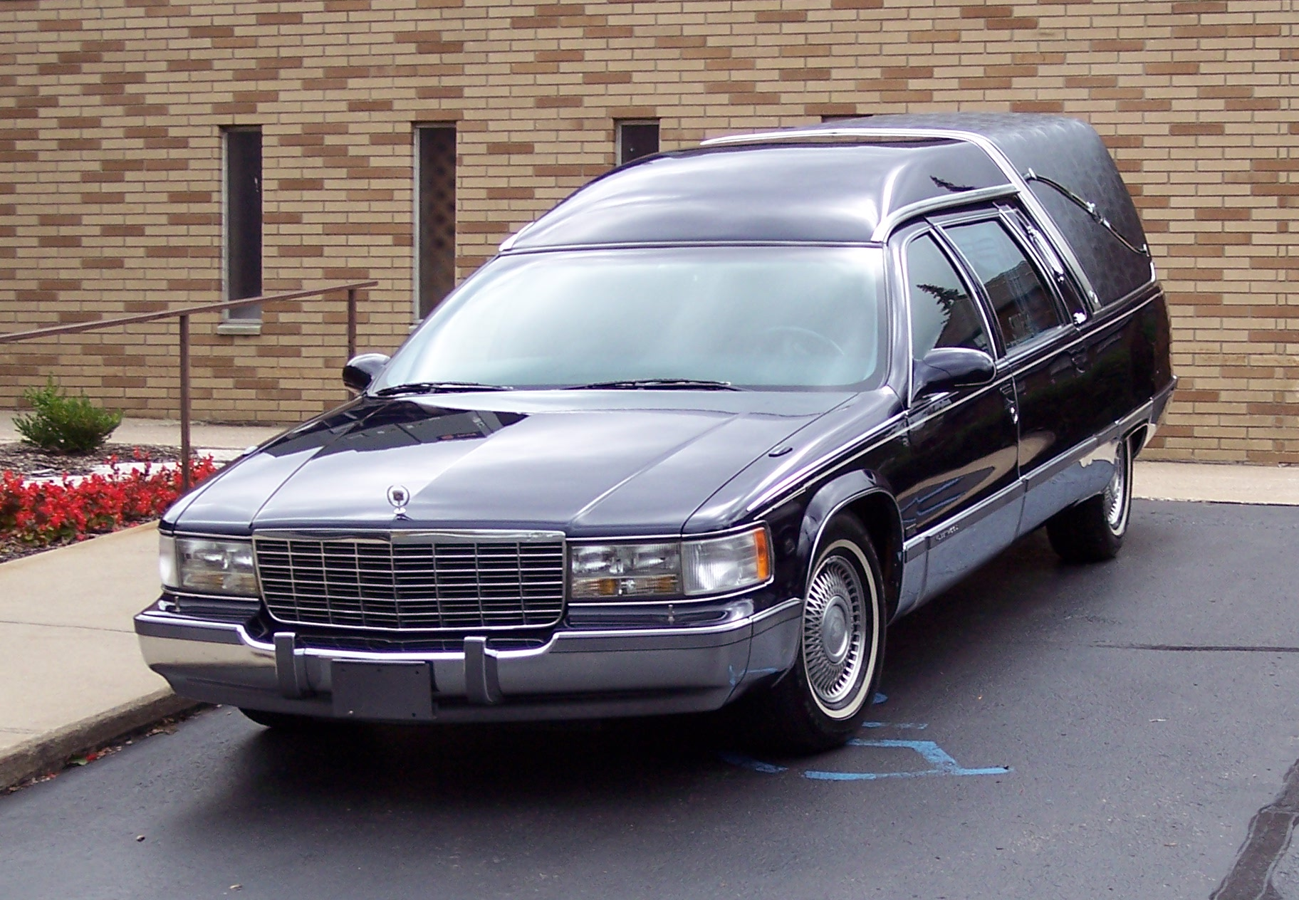 File:Cadillac Fleetwood hearse 1990s.jpg - Wikimedia Commons