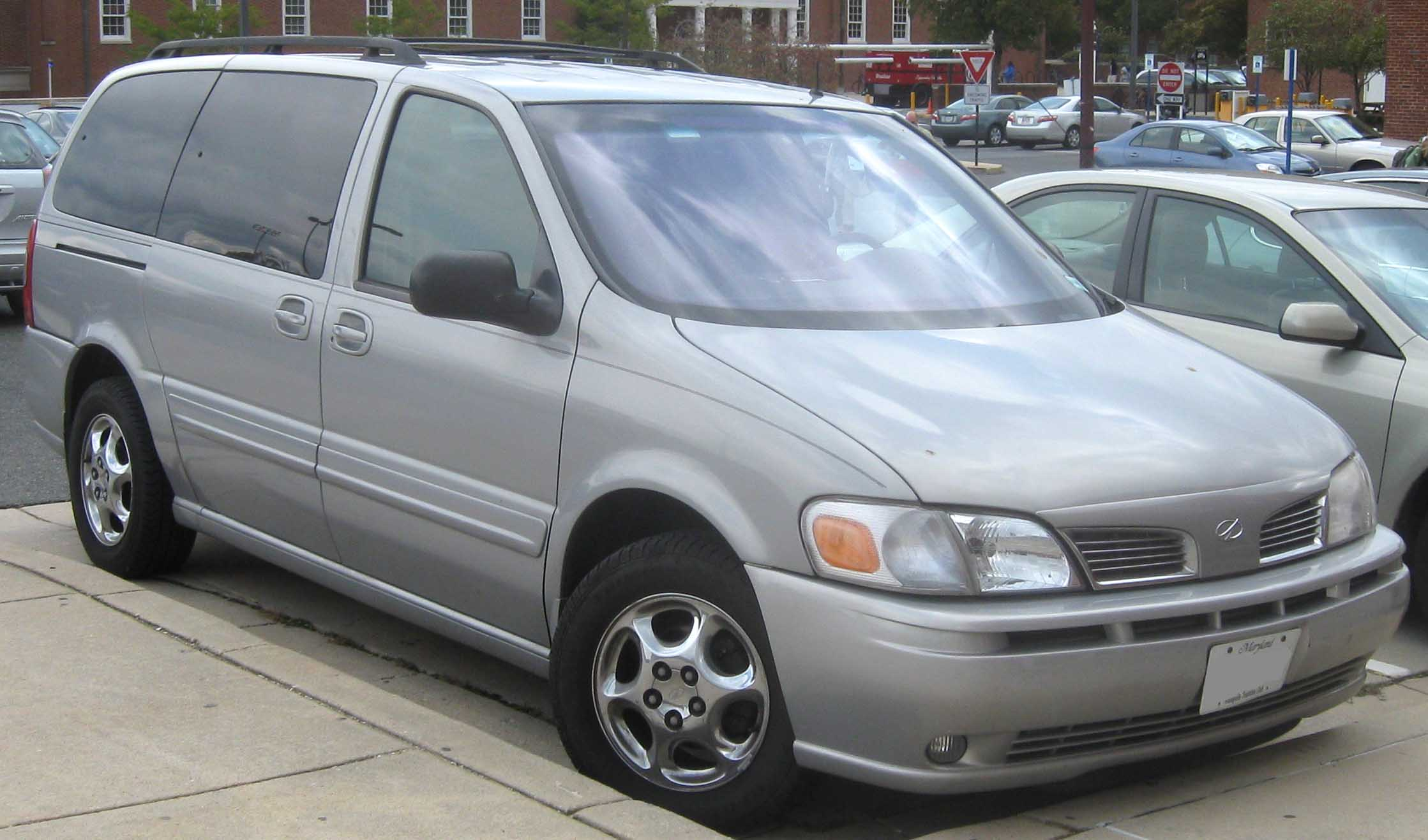 File:2001-2004 Oldsmobile Silhouette.jpg - Wikimedia Commons