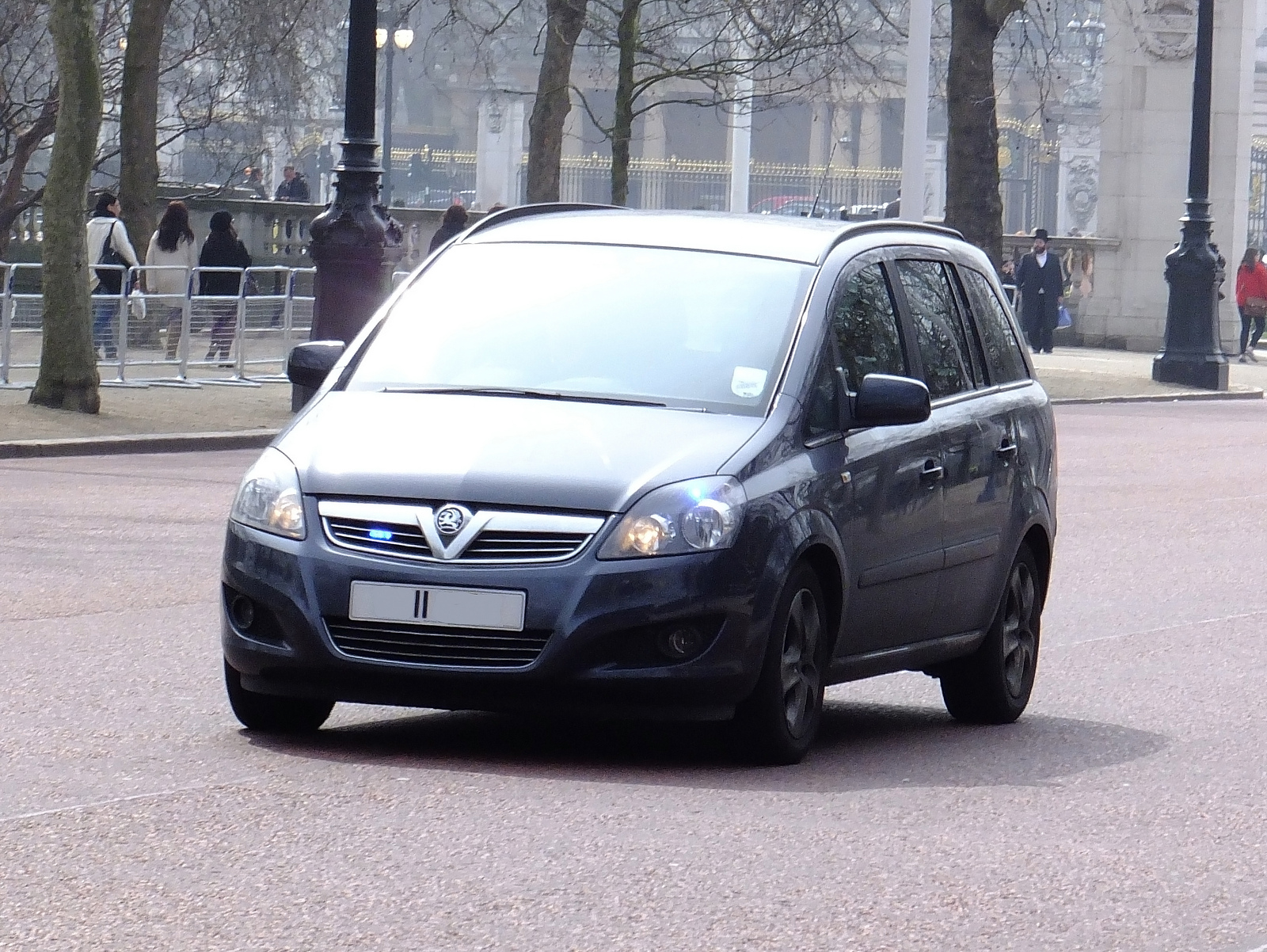 Metropolitan Police - Unmarked Vauxhall Zafira - Robbery Squad ...