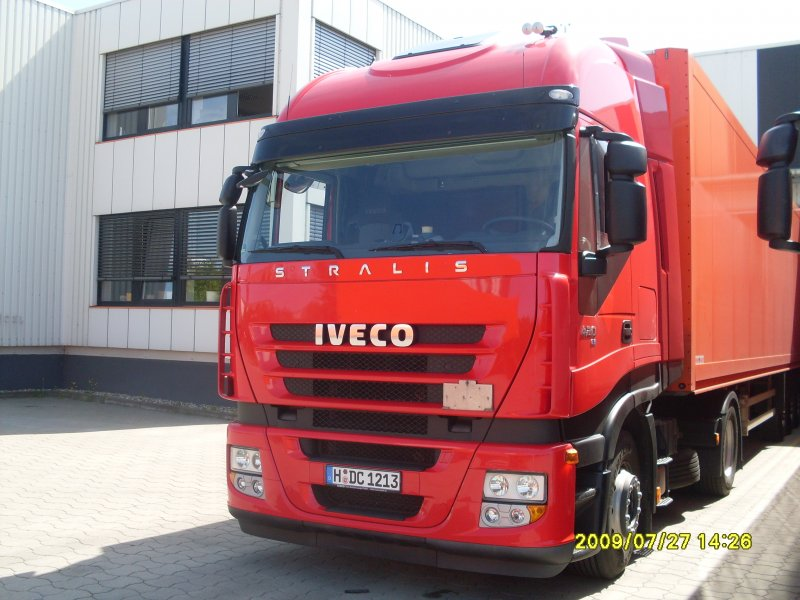 Roter Iveco Stralis 420 ActiveSapce mit EuroTronic Automatikgetriebe.