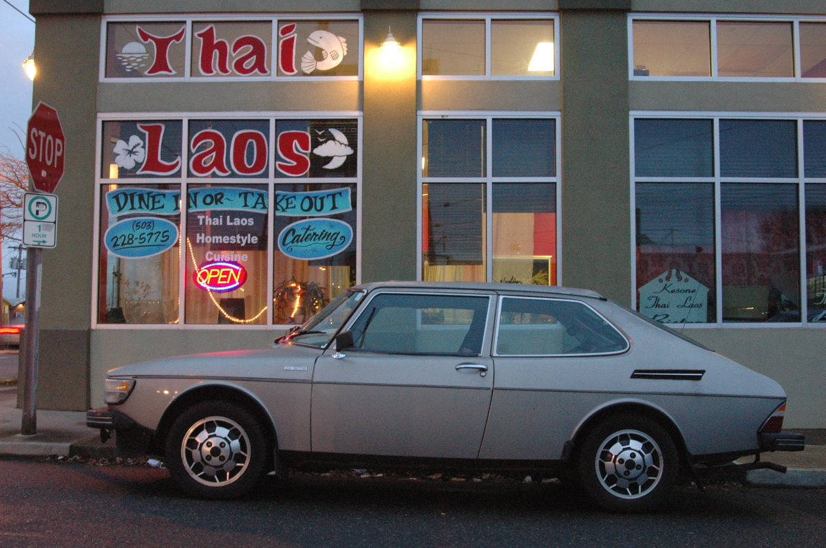 OLD PARKED CARS.: One Day, Two Saabs: 1975 Saab 99 EMS.