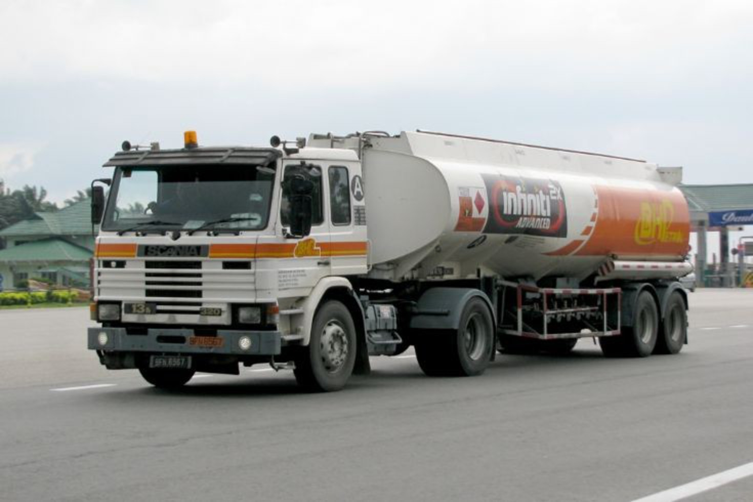 Scania 113M-320 (BFN 6567) BHP petrol tanker at the Skudai toll on the E2 in