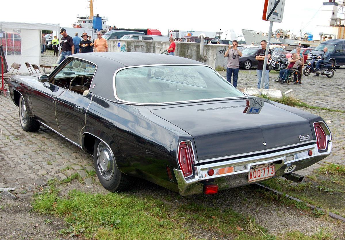Oldsmobile Delta 88 Custom Holiday 4dr