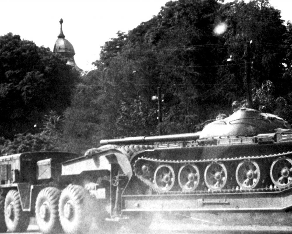 File:Soviet MAZ-537 trucks transporting tanks.JPEG - Wikimedia Commons