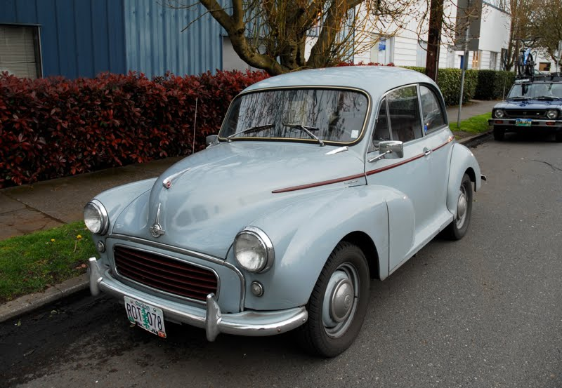 OLD PARKED CARS.: 1958 Morris Minor 1000 Saloon.