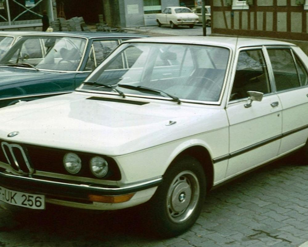 File:BMW 520 shortly after launch.jpg