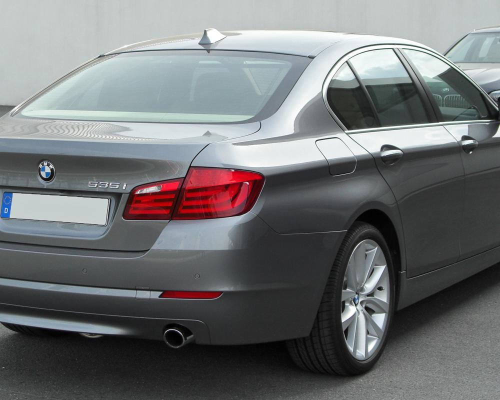 Datei:BMW 535i (F10) rear 20100425.jpg – Wikipedia